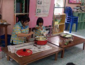 ทำอาหาร เด็กอนุบาลได้เรียนรู้วิธีการทำอาหารต่างๆด้วยตัวเอง